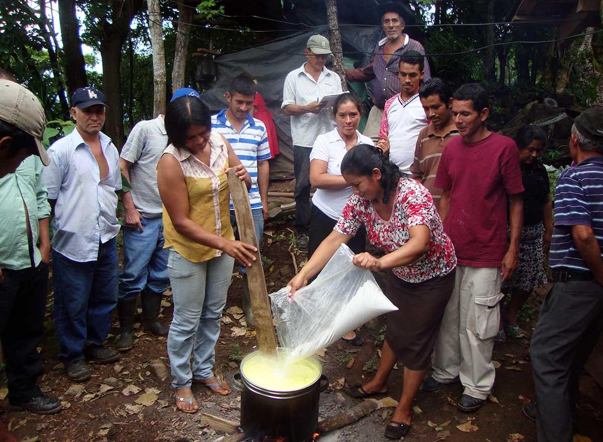 Elaboración de caldo sulfocálcico, en la ECA de El Platanar, en el municipio de Jutiapa