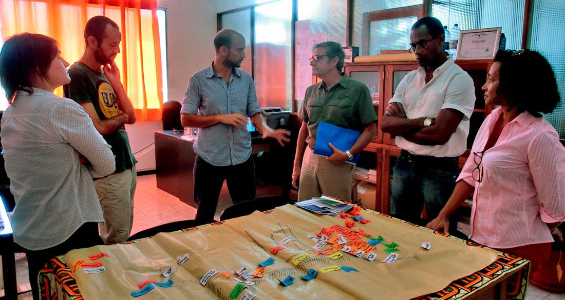 Visita a las instalaciones del proyecto. Adriano Palma, coordinador y técnico de CERAI en Cabo Verde, presenta al embajador los mapas participativos elaborados en las asambleas comunitarias