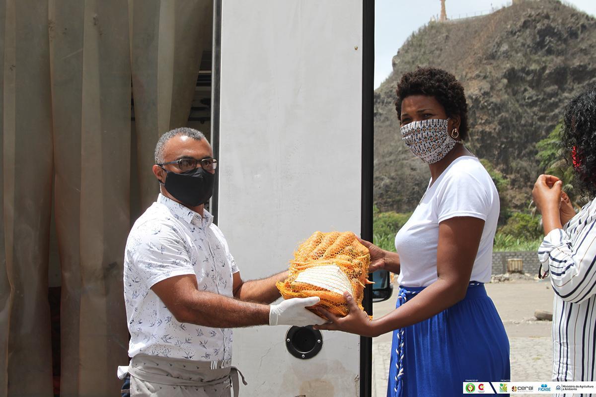 Asistimos en Cabo Verde a la entrega de más de 1.600 kg de alimentos para familias en situación vulnerable